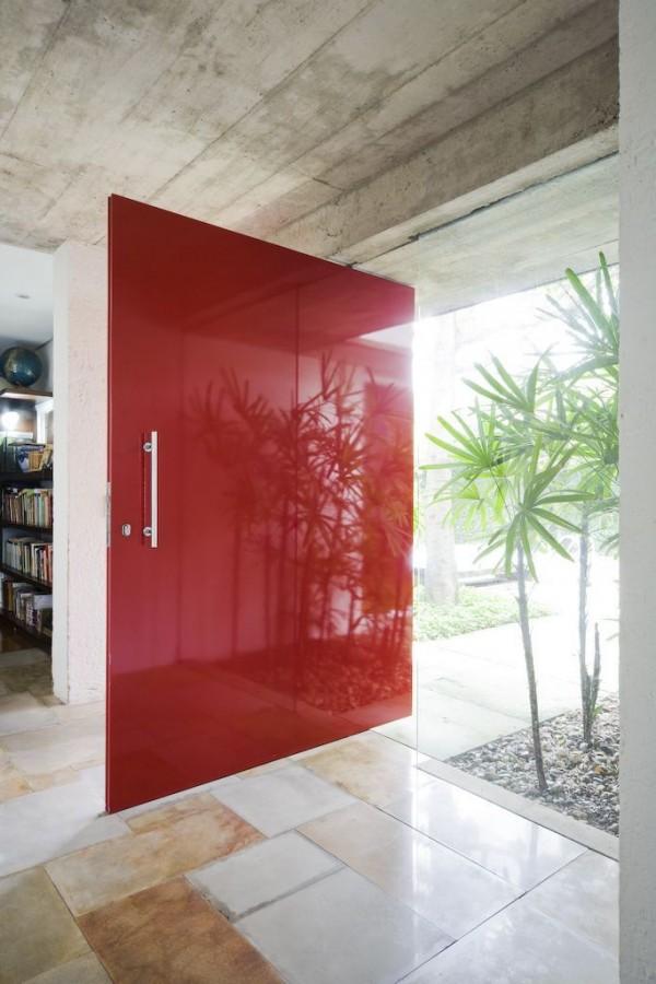 درب قرمز رنگ